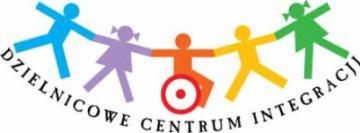 Logo Dzielnicowego Centrum ds. Integracji: pięcioro dzieci trzymających się za ręce z czego jedno jedzie na wózku inwalidzkim