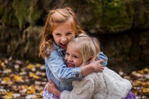 Dwie radosne przytulacjące się dziewczynki