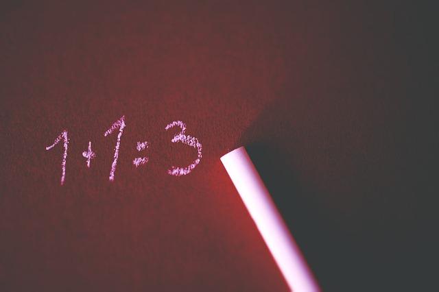 działanie napisane na tablicy 1+1=3