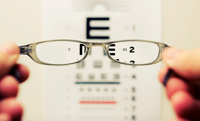 Okulary na tle tablicy okulistyczej